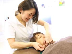 福岡市 堺整骨院グループの美容鍼灸施術風景