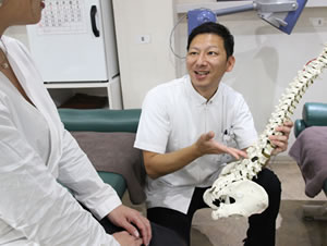 福岡市 堺整骨院グループの腰痛カウンセリング風景