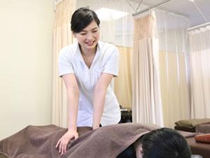 福岡市 堺整骨院グループの腰痛施術風景