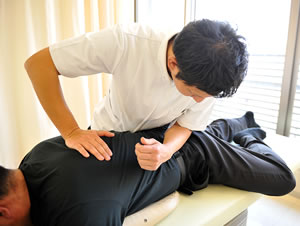 福岡市 堺整骨院グループの骨盤矯正施術風景